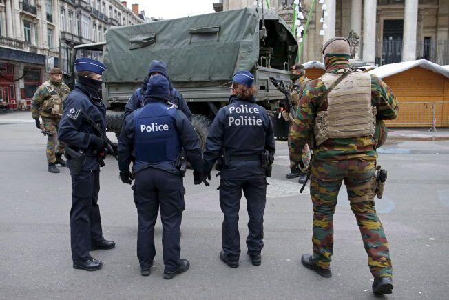 NÆRT SAMARBEID: Belgiske politibetjenter og soldater, her avbildet i Brussel i slutten av november, samarbeidet tett med å håndtere situasjonen som oppsto i byen etter terrorangrepene i Paris. Personene på bildet har ingenting med saken som nå blir omtalt av belgiske medier.