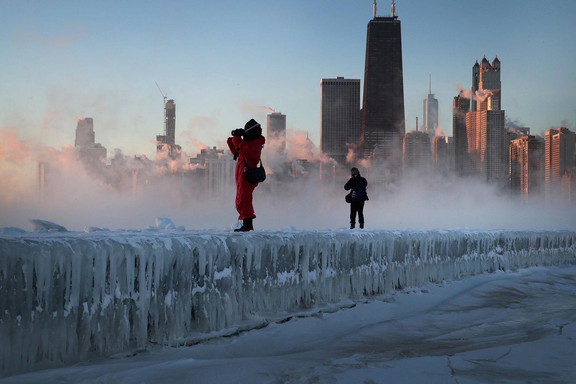 SPRENGKALDT: Frostrøyken stiger foran Chicagos skyline mens amatørfotografer foreviger de kalde øyeblikkene.