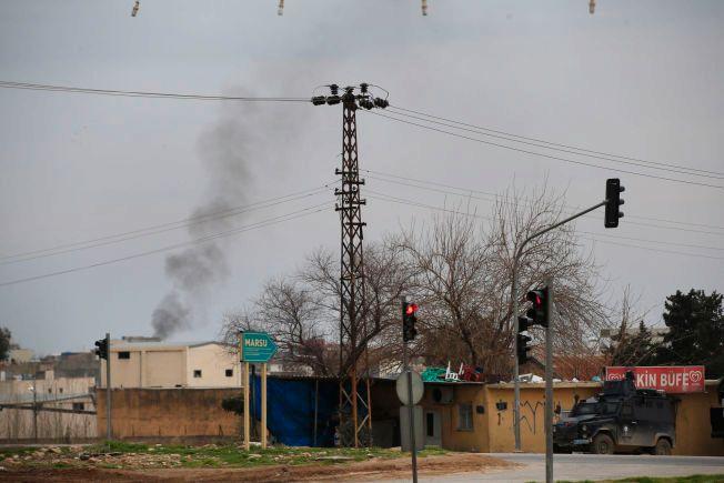 HARDE KAMPER: Røyksøyler stiger over byten Nusaybin, på tyrkisk side nær grensen til Syria. Tyrkiske styrker har kjempet mot kurdiske millitser, både i Tyrkia og Syria. Bildet er tatt søndag 14. februar.