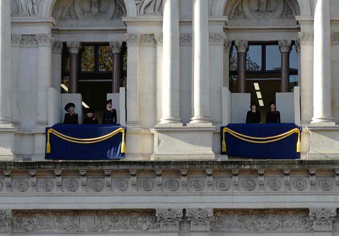 UTENRIKSDEPARTEMENTET: Her står de kongelige kvinnene på hver sine utposter.