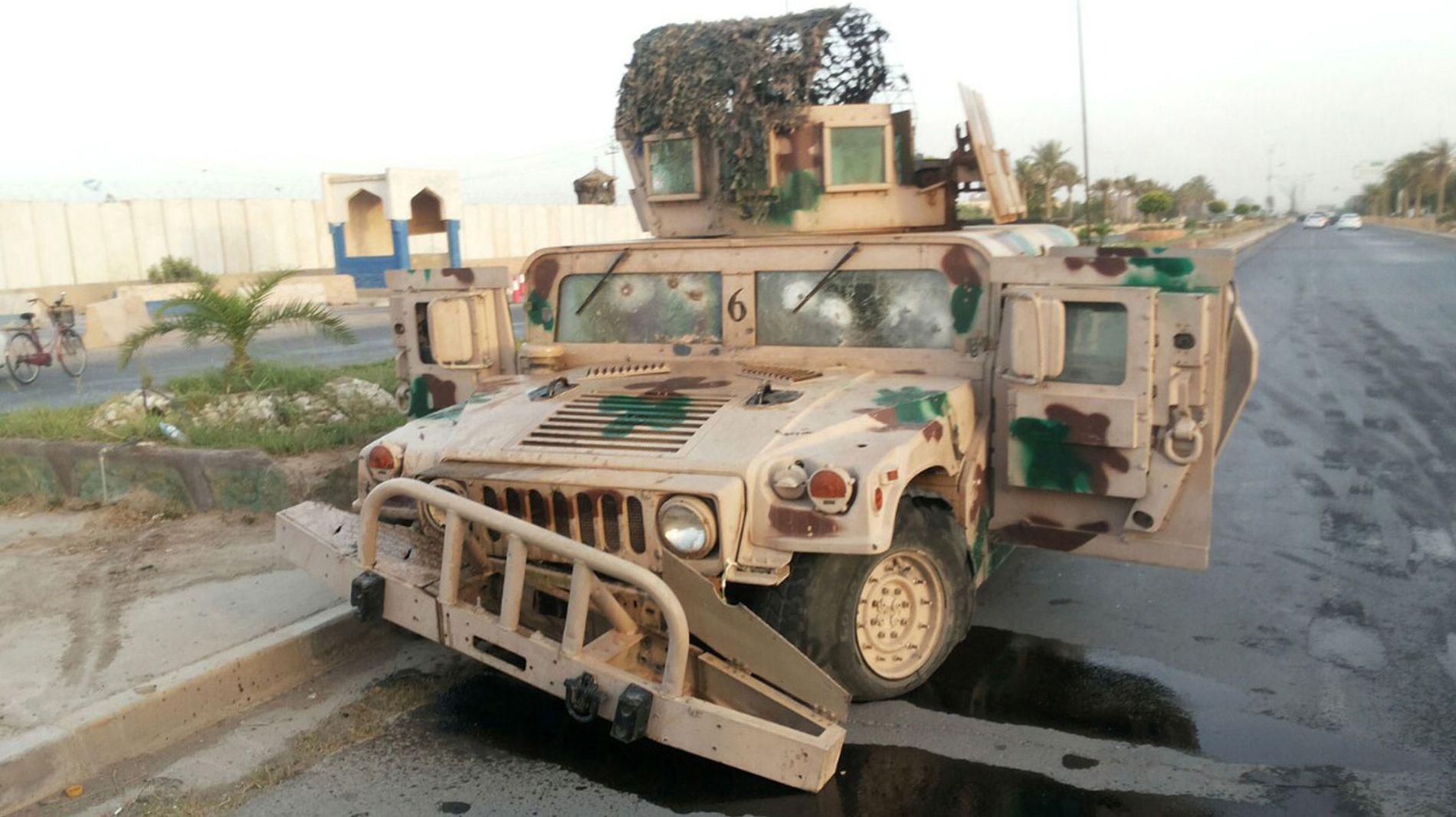 HARD KAMPER: Et ødelagt kjøretøy tilhørende de irakiske sikkerhetsstyrkene står forlatt langs veien i Tikrit etter at byen ble erobret av ISIL onsdag.