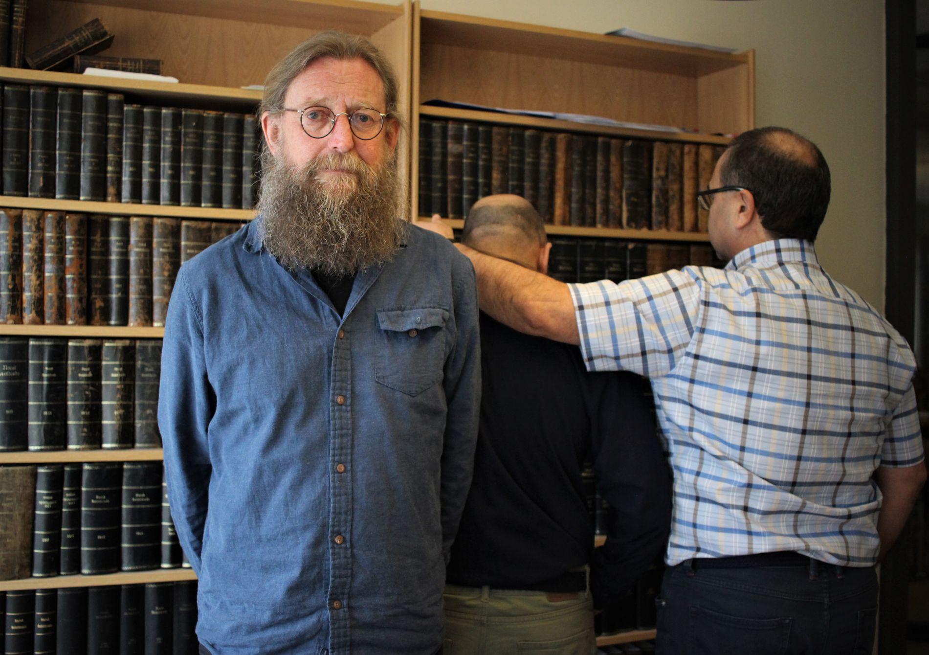 STØTTER HVERANDRE: De to bestefedrene får hjelp hos advokat Bjørn Nærum i Skien, men foreløpig har de ikke fått noen lovnad om hjelp fra UD.