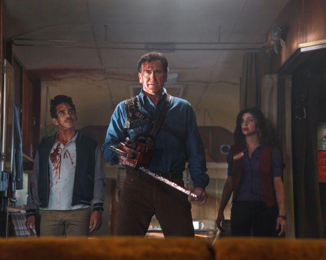 SPLATTERSERIE: Bruce Campbell omkranset av Ray Santiago og Dana DeLorenzo i «Ash vs. Evil Dead».