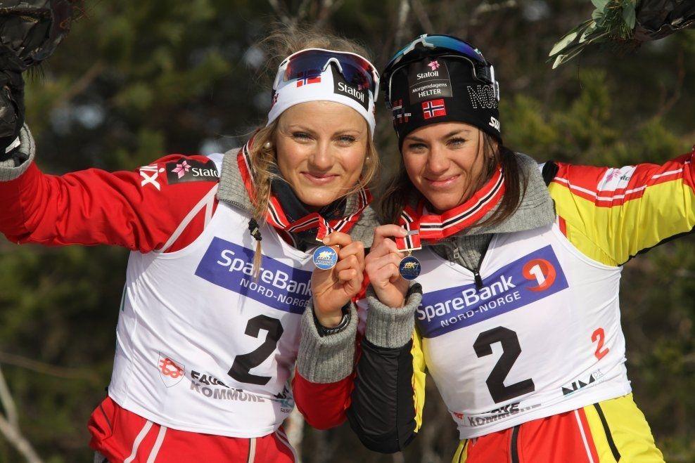GULLJENTER: Martine Ek Hagen (t.v.) og Heidi Weng fra IL BUL vant lagsprinten under NM på Gålå fredag. Her er duoen etter NM-gullet på lagsprinten for to år siden. Foto: SKIFORBUNDET