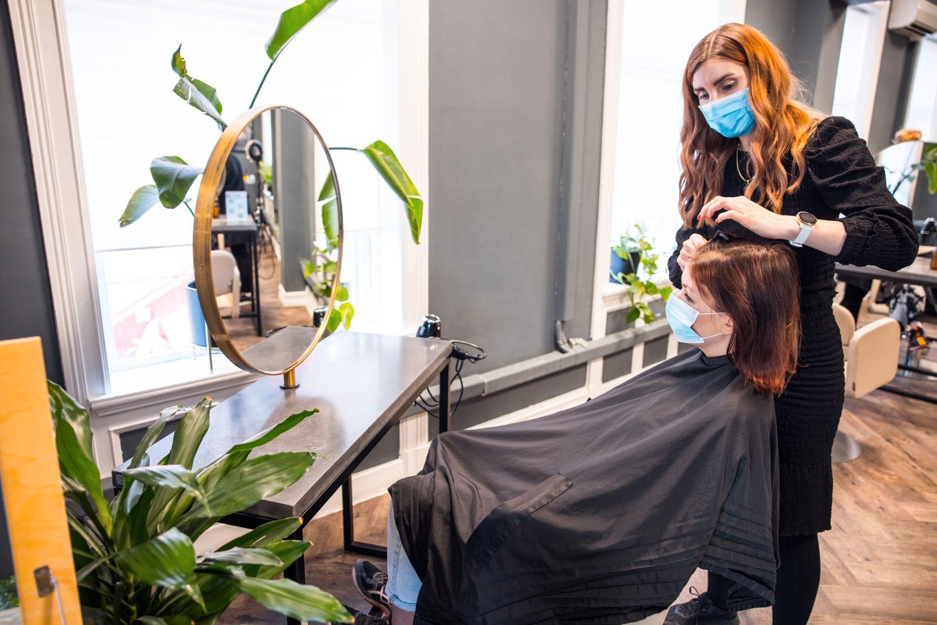 FAGLIG FEEDBACK: Nina Angvik Mathisen hos Perfect Hair på Briskeby i Oslo la merke til Malins hårproblem i januar.