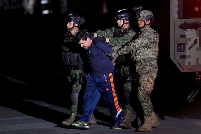 LOVENS LANGE ARMER: Her blir  Joaquin «El Chapo» Guzman eskortert av soldater 8.januar i år etter at han ble tatt.