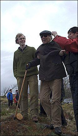 ENDELIG AVGJORT: Billedhuggeren Knut Steen er her på vei til stedet Ola Braanaas (bak) vil ha hans kongestatue i Skjerjehamn. Foto: Vilde Kleppe Braanas