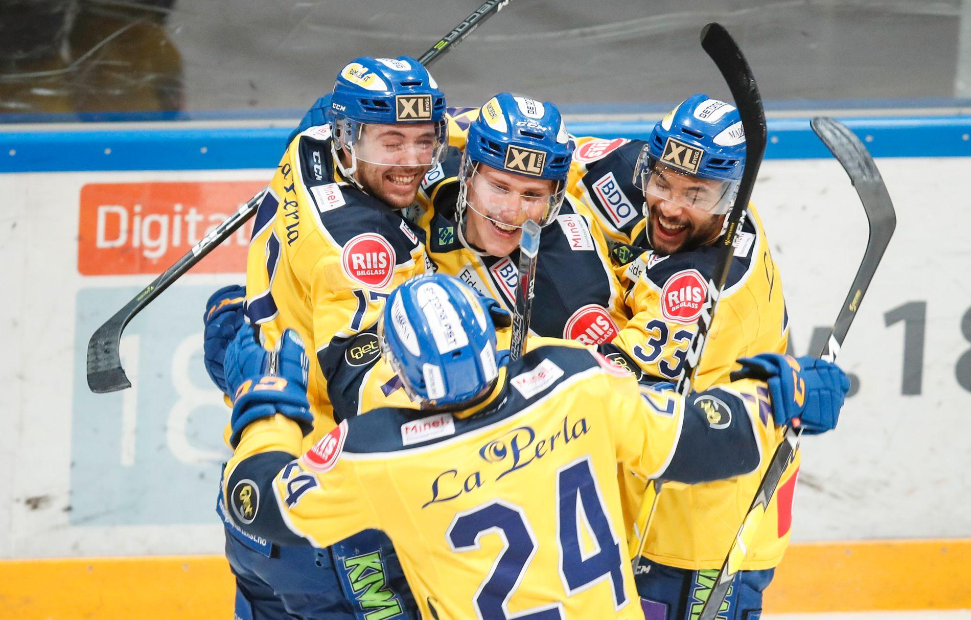 MATCHVINNER: Christian Bull (i midten) blir omfavnet av lagkameratene Eirik Salsten (f.v), Troy Josephs og Aaron Irving (nr 24).