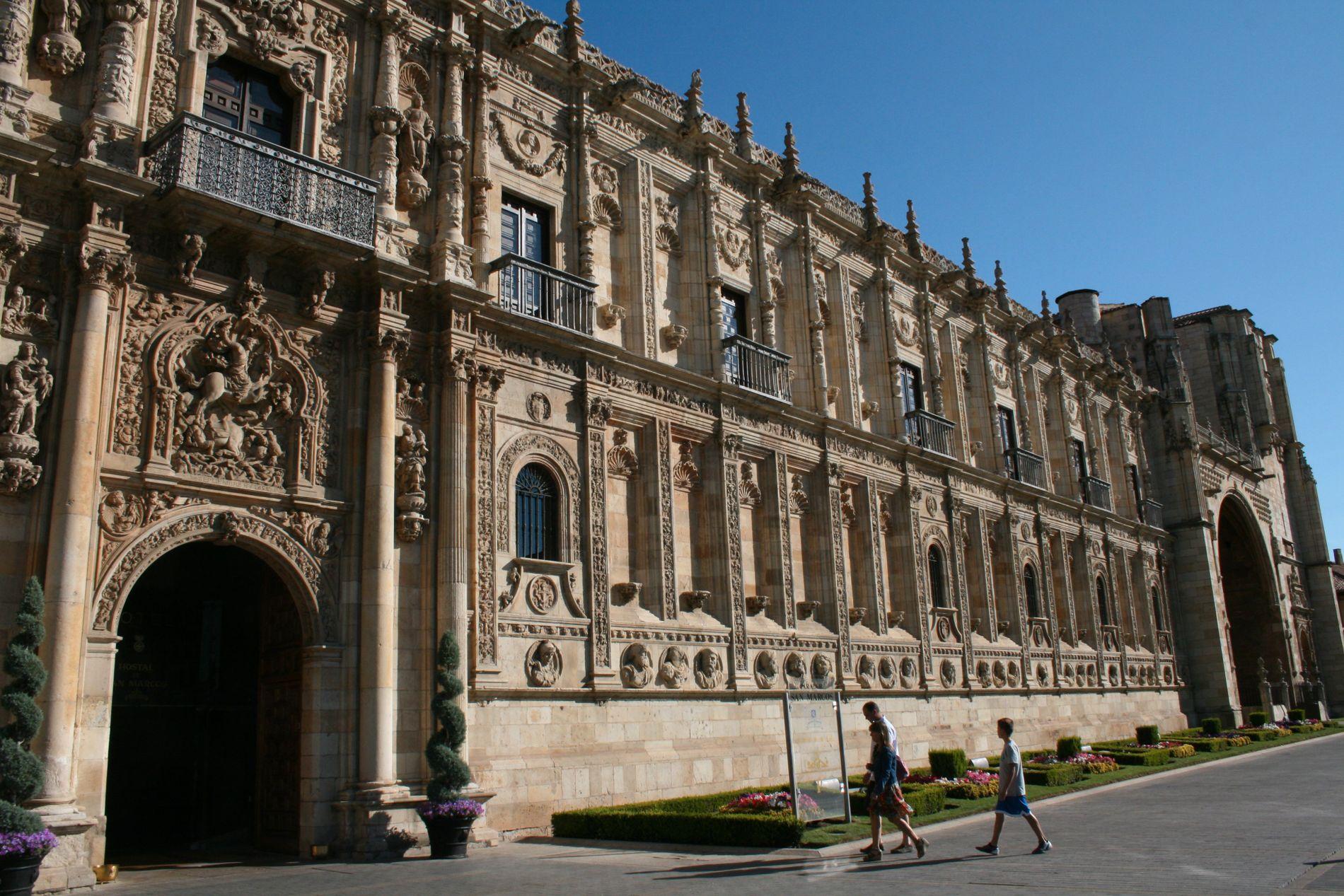 Rekordmange går Pilgrimsveien fra Santiago de Compostela i Spania. Her San Marcos-paradoren i Leon, opprinnelig et kloster fra 1200-tallet, og som i dag brukes som hotell.