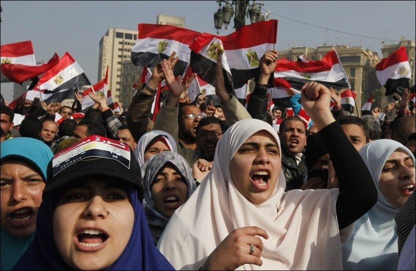 STERKE KVINNER: Mange egyptiske kvinner var involvert i revolusjonen som til slutt kastet Hosni Mubarak. Nå mener mange at de må fortsette sine protester. Foto: Reuters