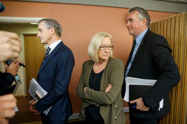 PÅ VEI INN: Jonas Gahr Støre (Ap), Marit Arnstad (SP) og Trond Helland (H) på vei inn til møtet.