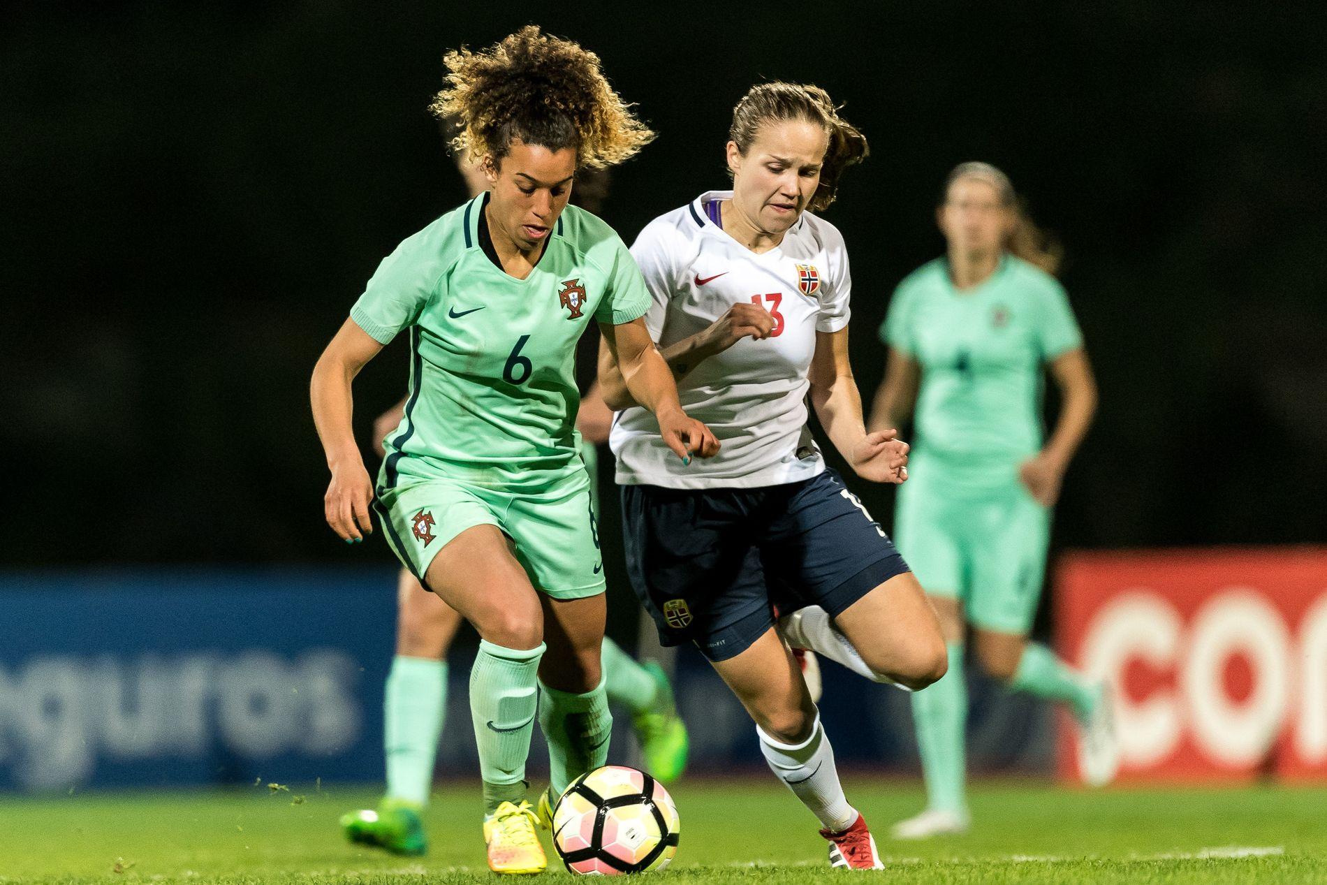 DETTE SÅ DU IKKE PÅ TV: Lillestrøms Guro Reiten i kamp med Portugals Andreia Alexandra Norton under Algarve Cup denne måneden, i matchen Norge tapte.