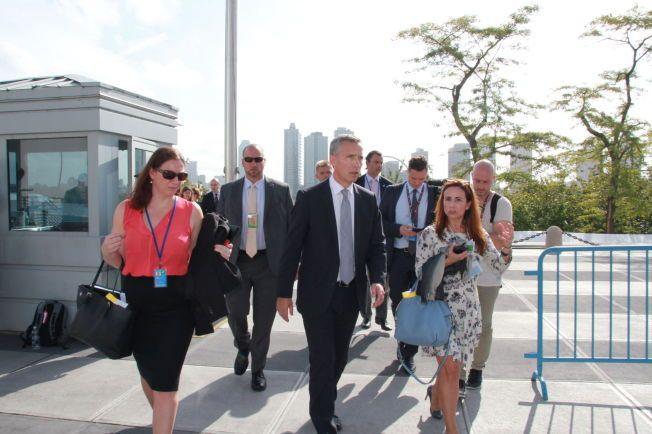 I NEW YORK: VG møtte NATO-sjef Jens Stoltenberg i Rosehagen utenfor FN-bygget etter møtet med Sergej Lavrov. Her er han på vei inn igjen i nye møter.