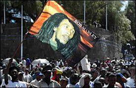 FEIRES: Tusenvis av musikkfans på Meskel Square i Addis Ababa for a markere det som hadde vært Bob Marleys 60-årsdag. Foto: Reuters