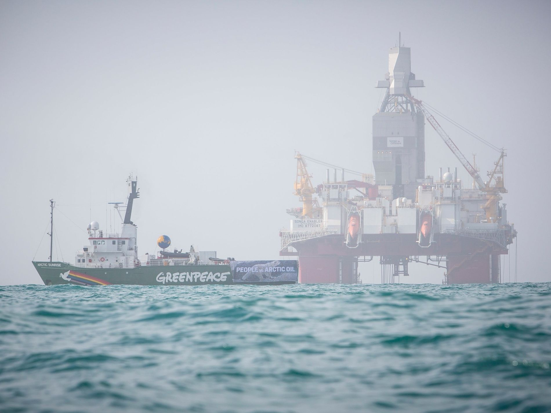 TIL HAVS: Her ligger Greenpeace-skipet Arctic Sunrise i nærheten av riggen Songa Enabler, som borer Gemini Nord-brønnen i Barentshavet på oppdrag fra Statoil. Miljøvernerne er bekymret for sjøfugl og natur i nordområdene, og ønsker å stanse en del av de nordligste oljebrønnene, som Korpfjell og Koigen. Greenpeace og Natur og Ungdom har også gått til sak mot staten for å få underkjent 23. konsesjonsrunde på norsk sokkel.