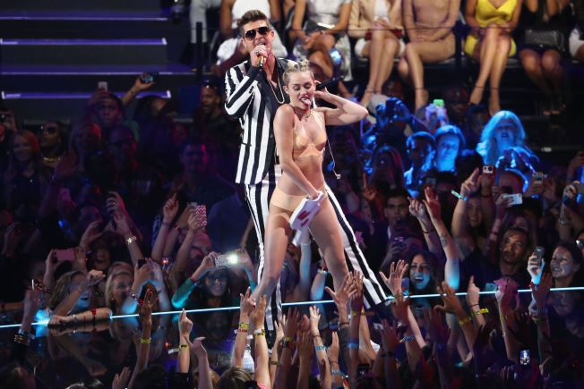 SKAPTE REAKSJONER: Slik så det ut da Robin Thicke og Miley Cyrus fremførte monterhiten «Blurred Lines» under MTV Video Music Awards i New York i 2013.