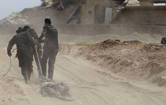 BRUTAL HEVN: Sjia-krigere drar kroppen til en død IS-kriger etter seg i Tikrit, etter at IS flyktet fra byen i april. Kroppen skal først ha blitt dratt etter en bil.