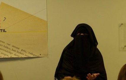 FORELESTE: Aisha Shezadi har forelest om nikab for norske skoleklasser. Bildet er tatt i 2012. Nå er hun, i likhet med kvinnen denne reportasjen handler om, i et område der kurderne i Syria har beseiret IS.