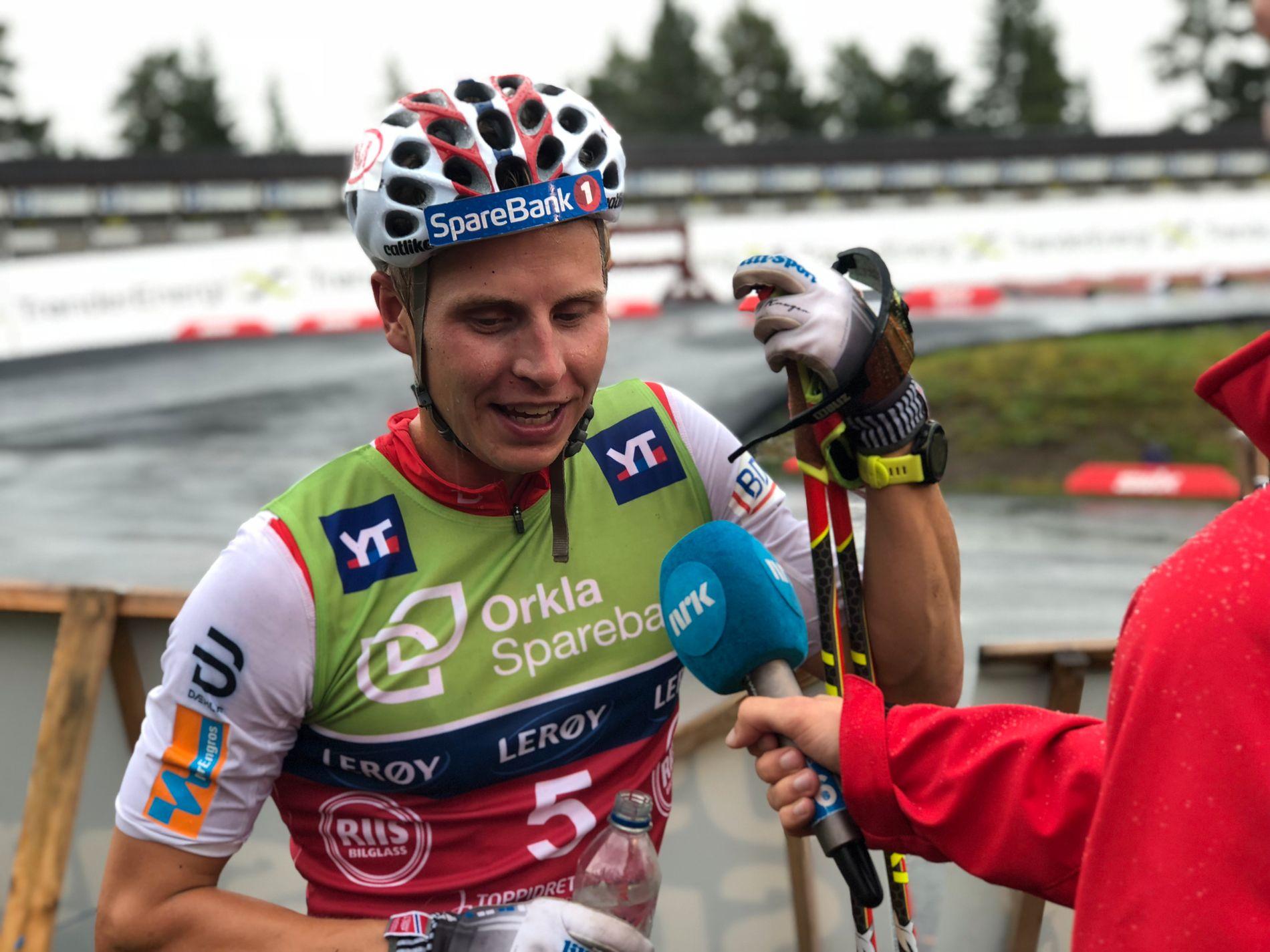 GREIT FORNØYD: Simen Hegstad Krüger, her intervjues han av NRK etter tredjeplassen på torsdagens 15 kilometer fellesstart.