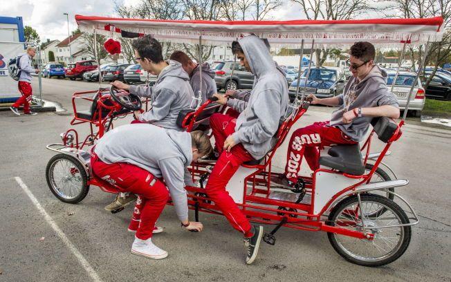 """KOM I DELER: Den store seksmannssykkelen til """"Tråkk 'n' Roll""""-gutta kom pakket i småesker fra Kina. Uten bruksanvisning måtte de selv finne ut av hvordan den skulle skrus sammen."""