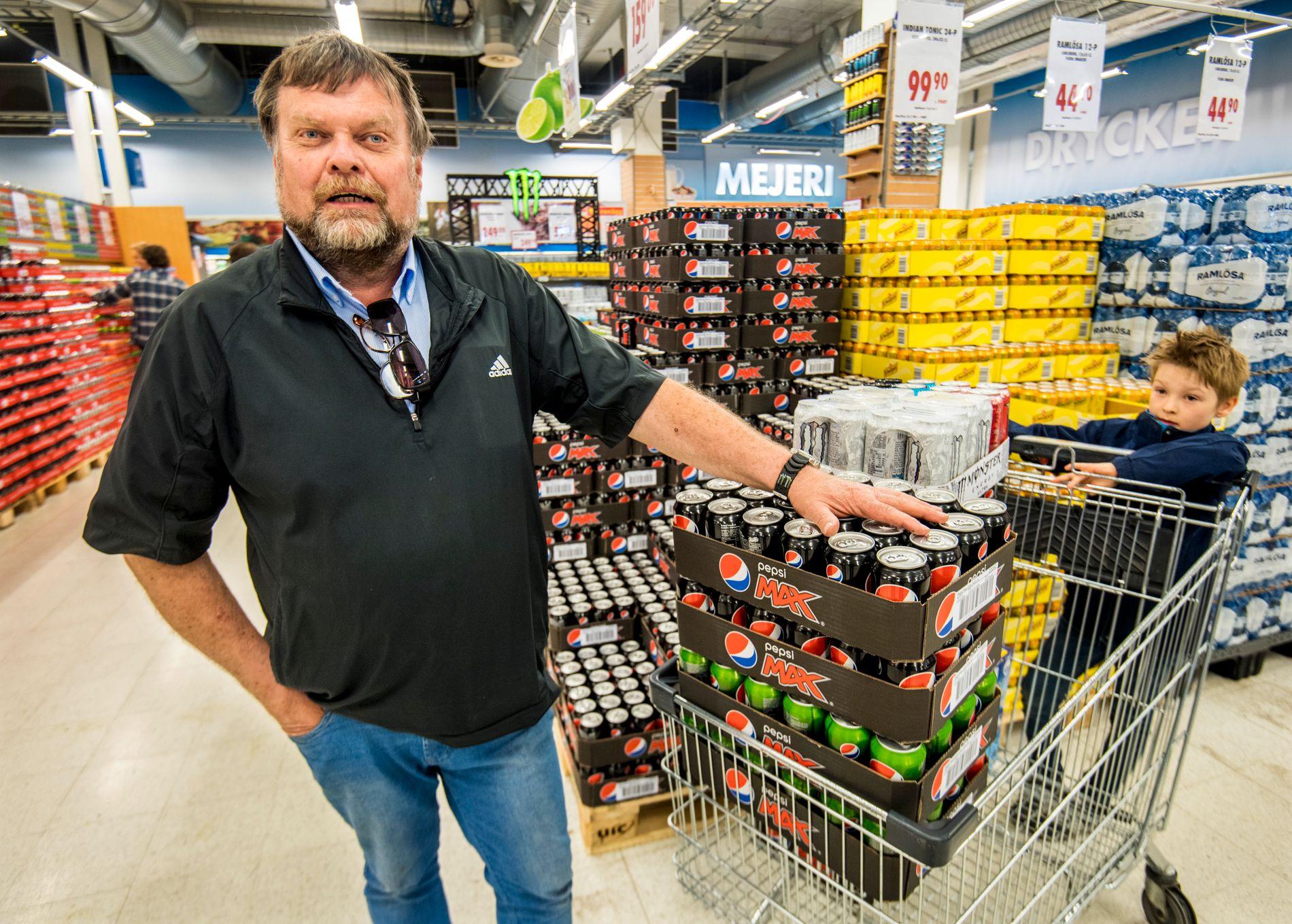 BRUSGLEDE: Jan Erik Tvedt (66) pensjonist fra Arendal har med seg barnebarnet Martin på handletur til Nordby Supermarket.