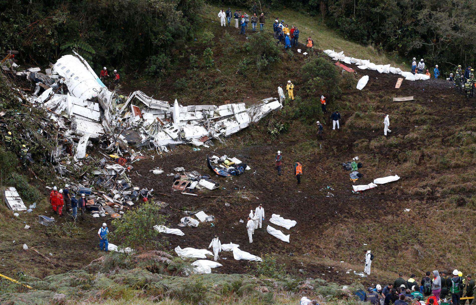 ÅSTEDET: Rundt flyvraket lå døde personer som ble dekket til i hvite lakener. 71 personer mistet livet i styrten.