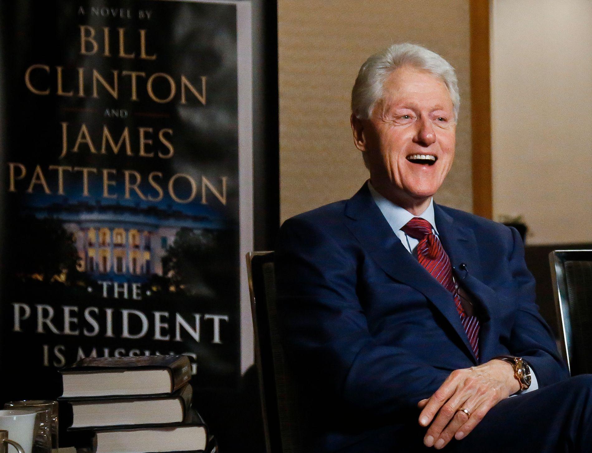 Bill Clinton var i godt humør da han og medforfatter James Patterson ble intervjuet i forbindelse med lanseringen av romanen «The President Is Missing». Foto: AP/NTB scanpix