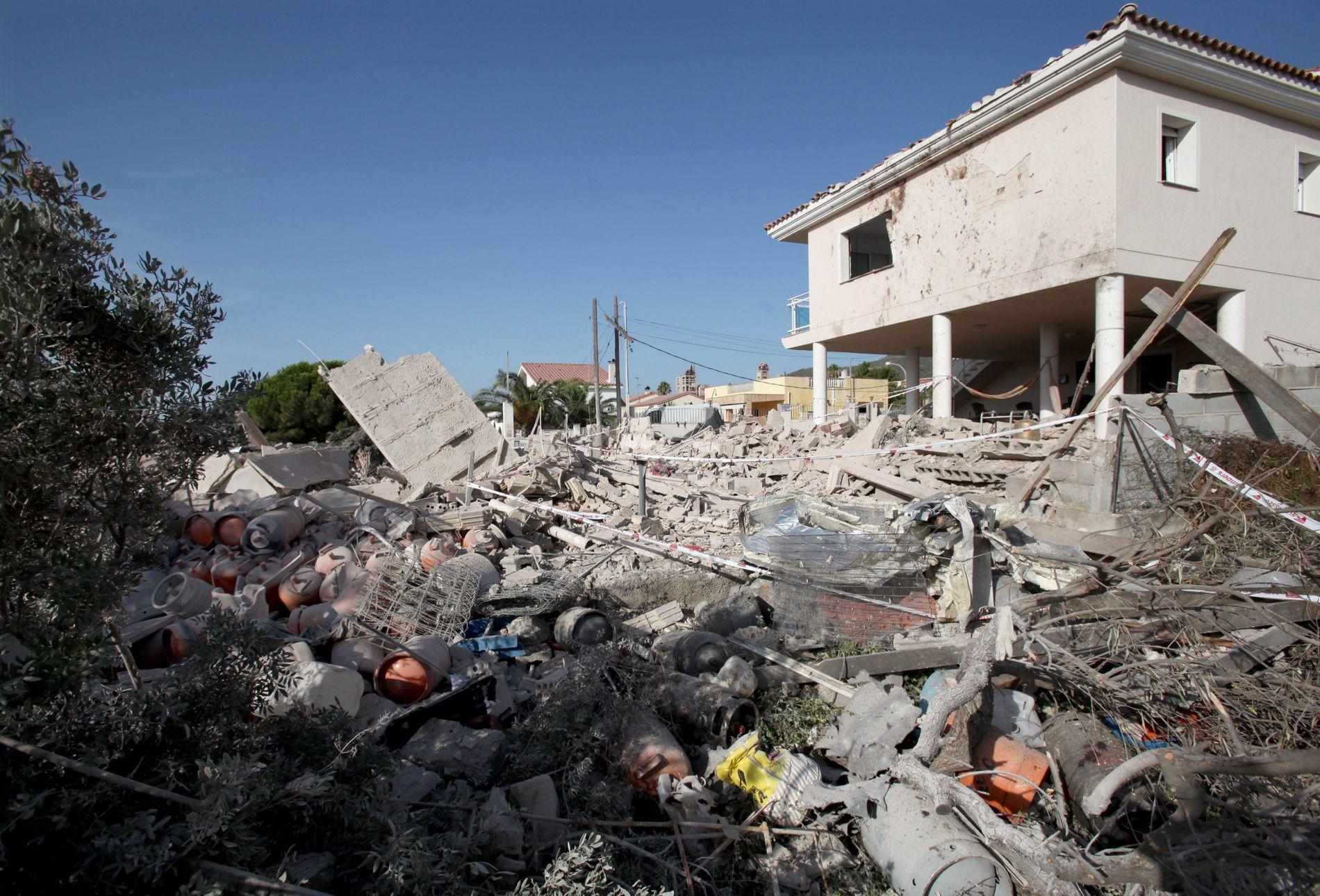 EKSPLOSJON: Spansk politi mener de to angrepene som skjedde med få timers mellomrom i Barcelona og Cambrils kan knyttes til eksplosjonen som la dette huset i ruiner onsdag. Huset ligger i Alcanar, nordøst i Spania. En person omkom i eksplosjonen, mens syv andre ble skadet. Eksplosjonen ble først beskrevet som et resultat av en gasslekkasje. Huset hvor det skjedde ble totalt ødelagt, mens flere av nabohusene ble skadet. Inne i ruinene ble det ifølge nyhetsbyrået EPA funnet 20 gassylindre.