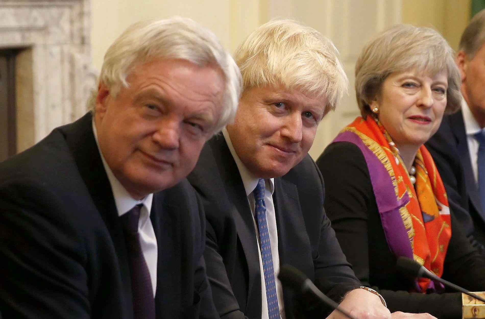 MINISTER-FLUKT: Bilde av den britiske statsministeren Theresa May (th) sammen med Brexit-ministeren David Davis (fv), og utenriksministeren Boris Johnson i november 2016. Den 9. juli gikk begge ministrene av.