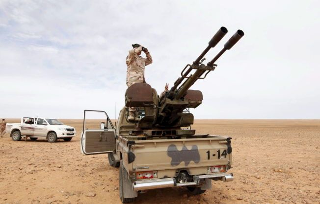 En libysk soldat utstasjonert i Wadi Bey, vest for den IS-kontrollerte byen Sirte.