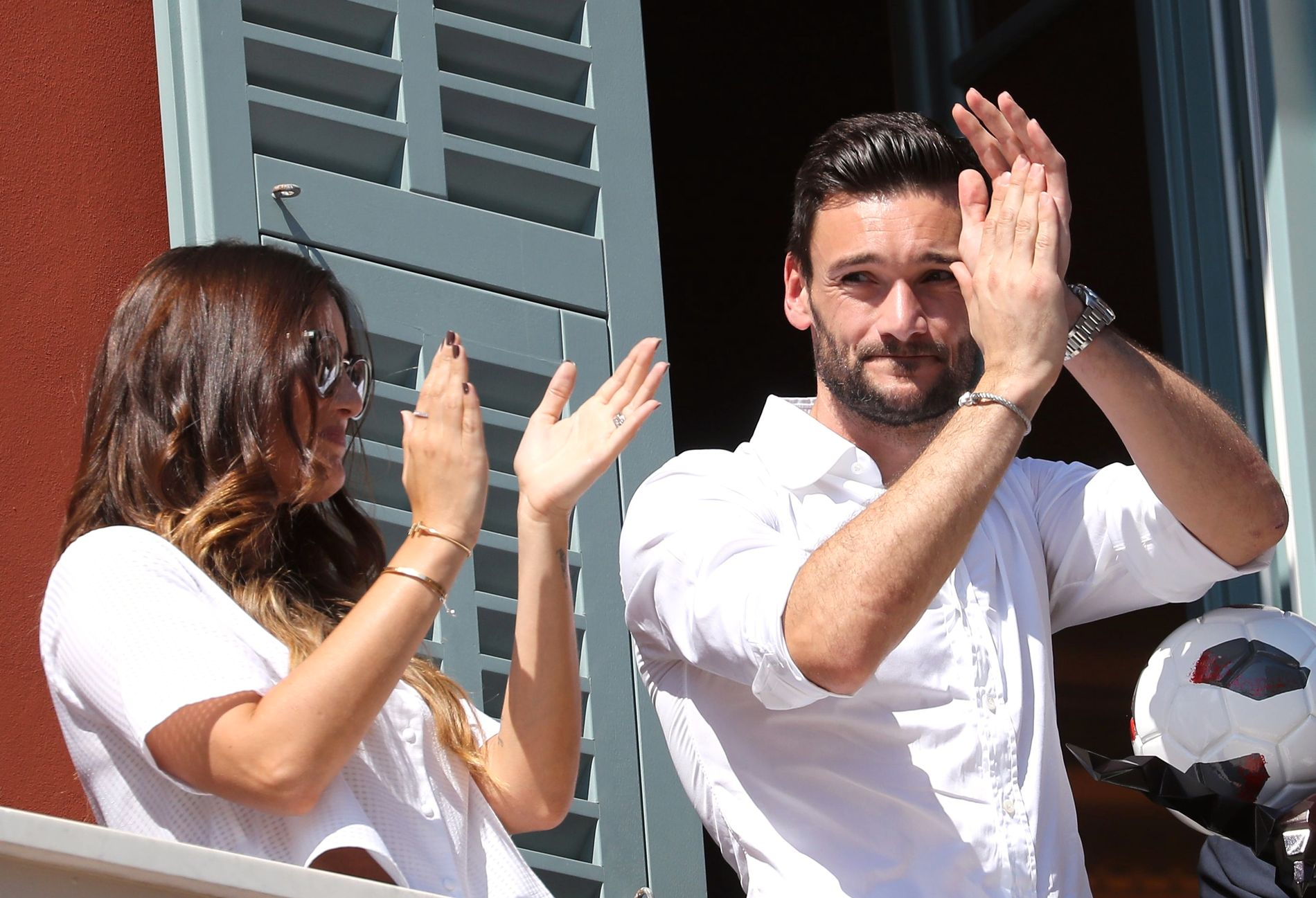 GULL-DUO: Hugo Lloris og kona Marine mottar folkets hyllest hjemme i Nice etter sommerens gull i fotball-VM.