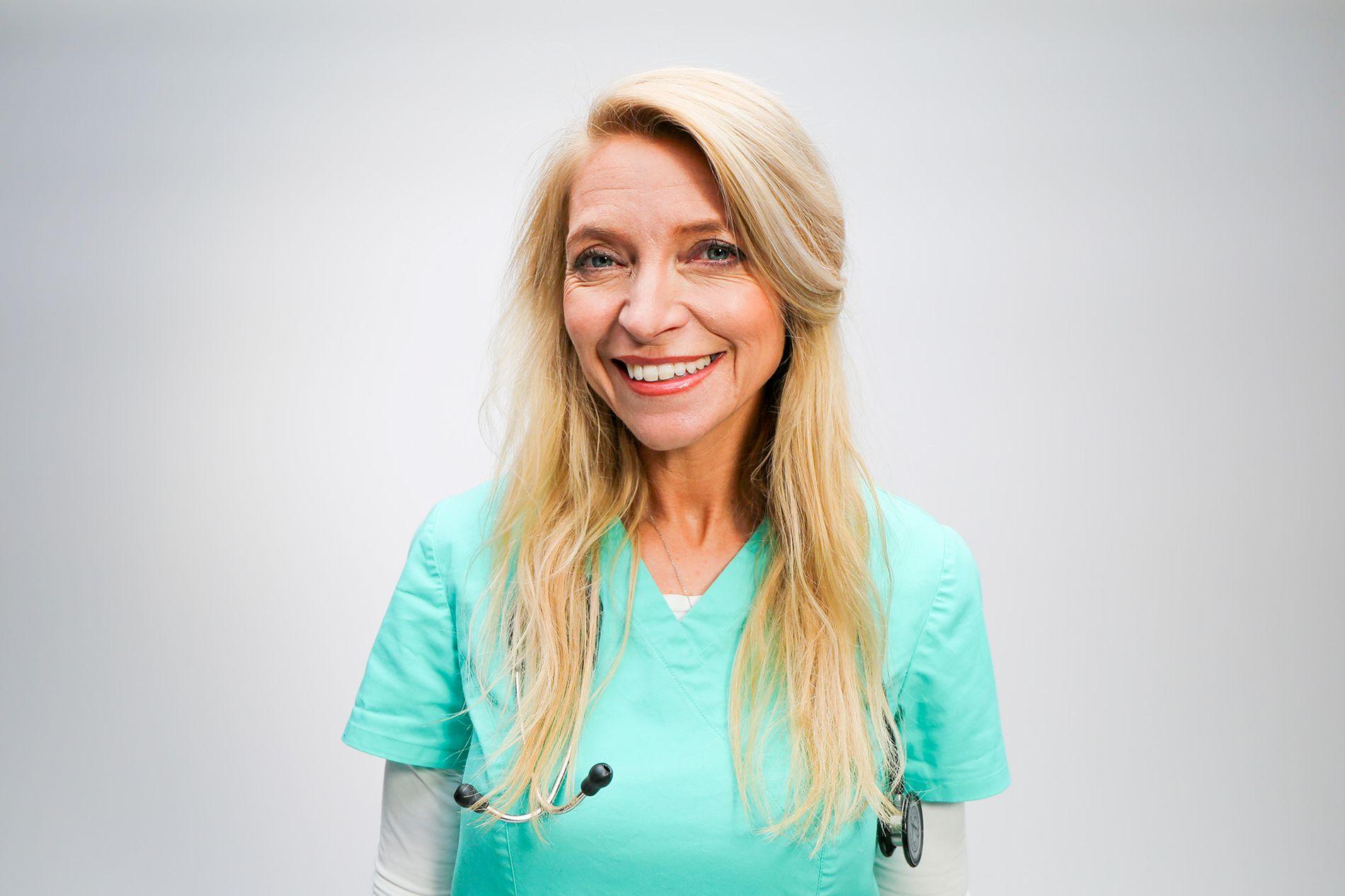 LANG ERFARING: Trude Mostue har jobbet som veterinær i over 20 år, og gir råd til hvordan du holder katten din sunn og frisk.