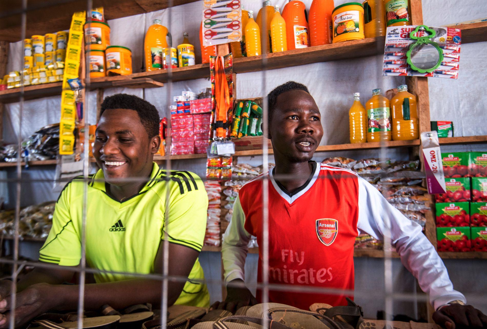 NY BUTIKK: Brødrene Kawaja og Nasir bygde denne butikken i Kakuma-leiren selv, med midler fra FN. De får ikke flytte butikken ut av leiren - eller jobbe utenfor - men selger ris, olje og sukker til de andre flyktningene og lokalbefolningen.