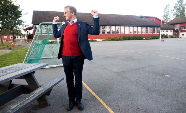 BØY OG TØY: Etter en lang dag strekker Ap-leder Jonas Gahr Støre på kroppen på uteområdet ved Mogreina skole i Ullensaker kommune.