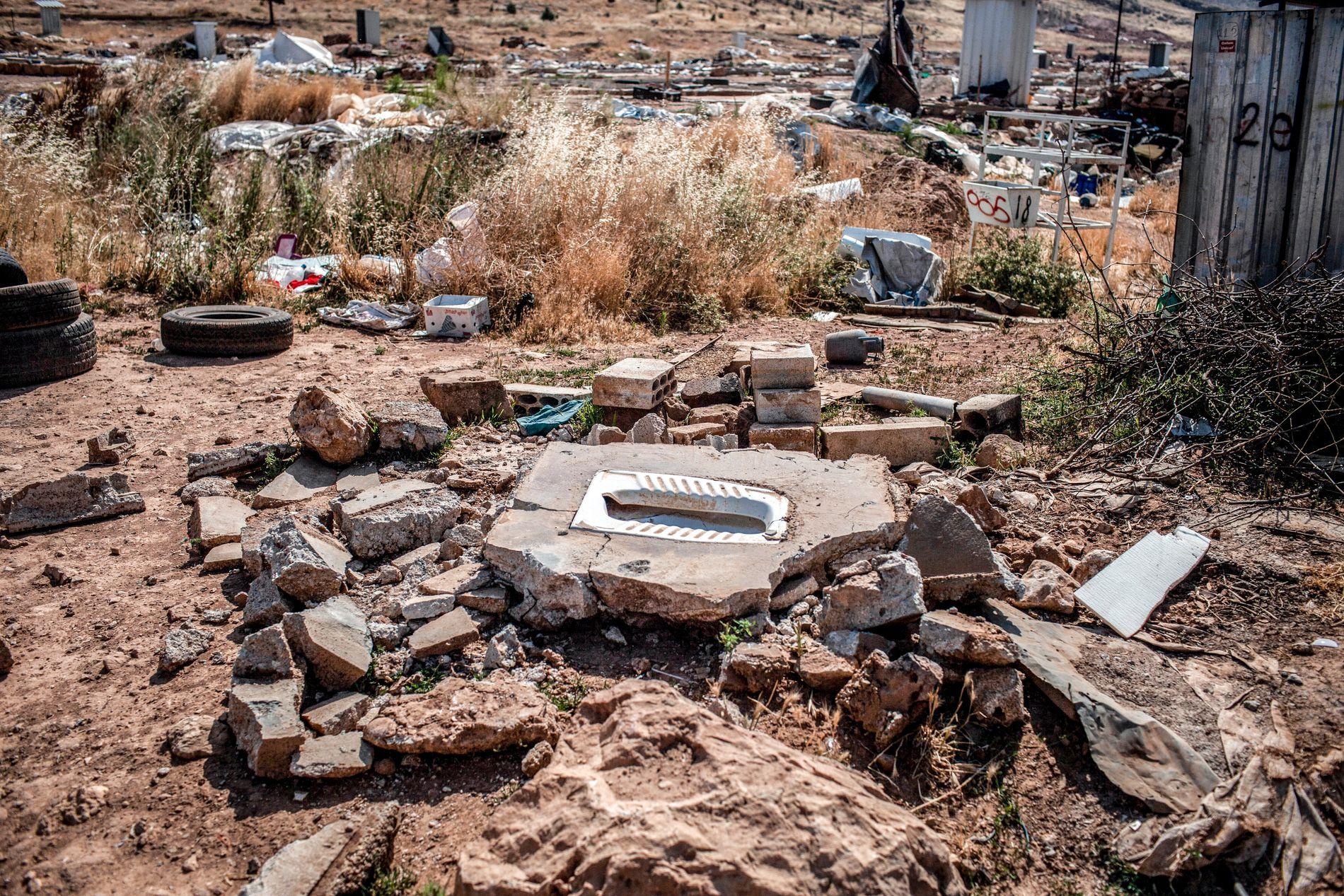 RESTER: En knust toalett ligger igjen i ruinene av teltleiren i Deir al-Ahmar.