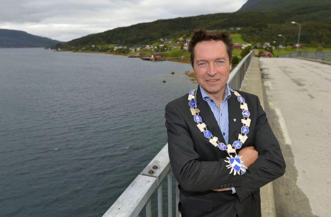 TROR PÅ SEIER: Sittende ordfører, Ronny Grindstein, som er trommis i et rockeband på fritiden, vil forandre lokaldemokratiet hvis han vinner valget med sitt nystartede parti.