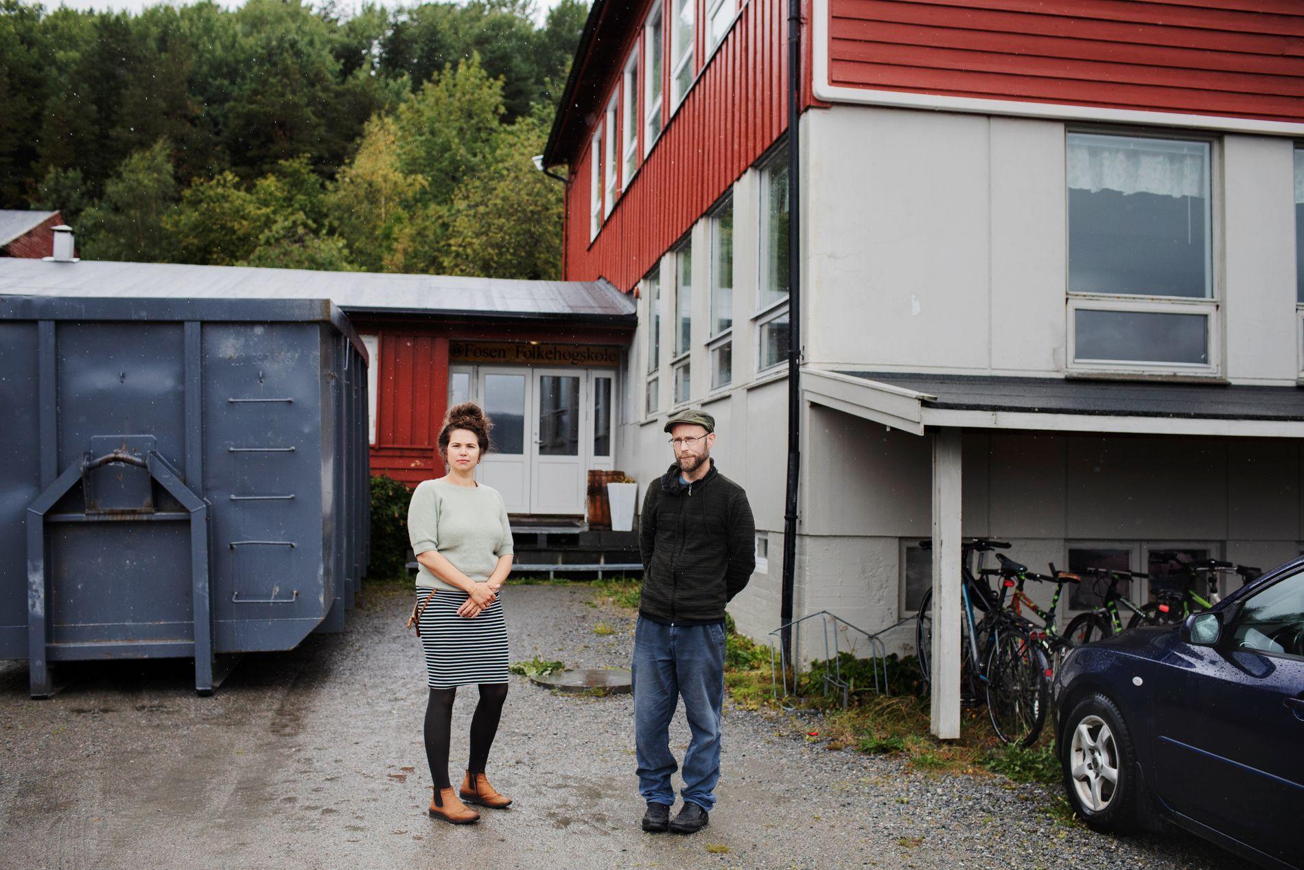 FOLKEHØGSKOLEN: Arnhild Finne og Kenneth Bjørkli foran inngangspartiet til Fosen Folkehøgskole, der de begge jobber.