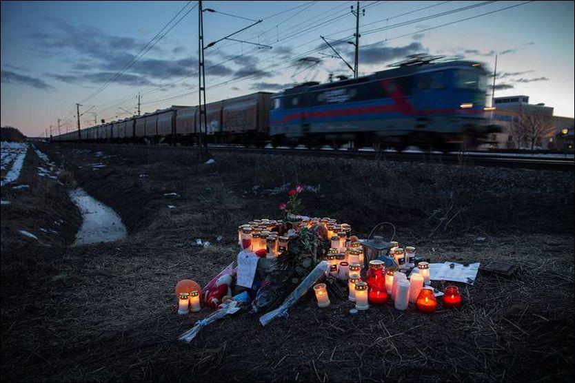 SØRGER: Venner, familie og medelever la gjennom helgen ned blomster og lys ved stedet der 13-åringen døde. Foto: Niclas Hammarström/Aftonbladet