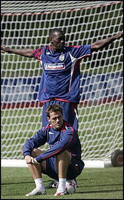 SPISSPAR: Trolig er det Emile Heskey og Michael Owen som spiller fra start i kvalifiseringskampen mot Israel. Foto: AP Photo