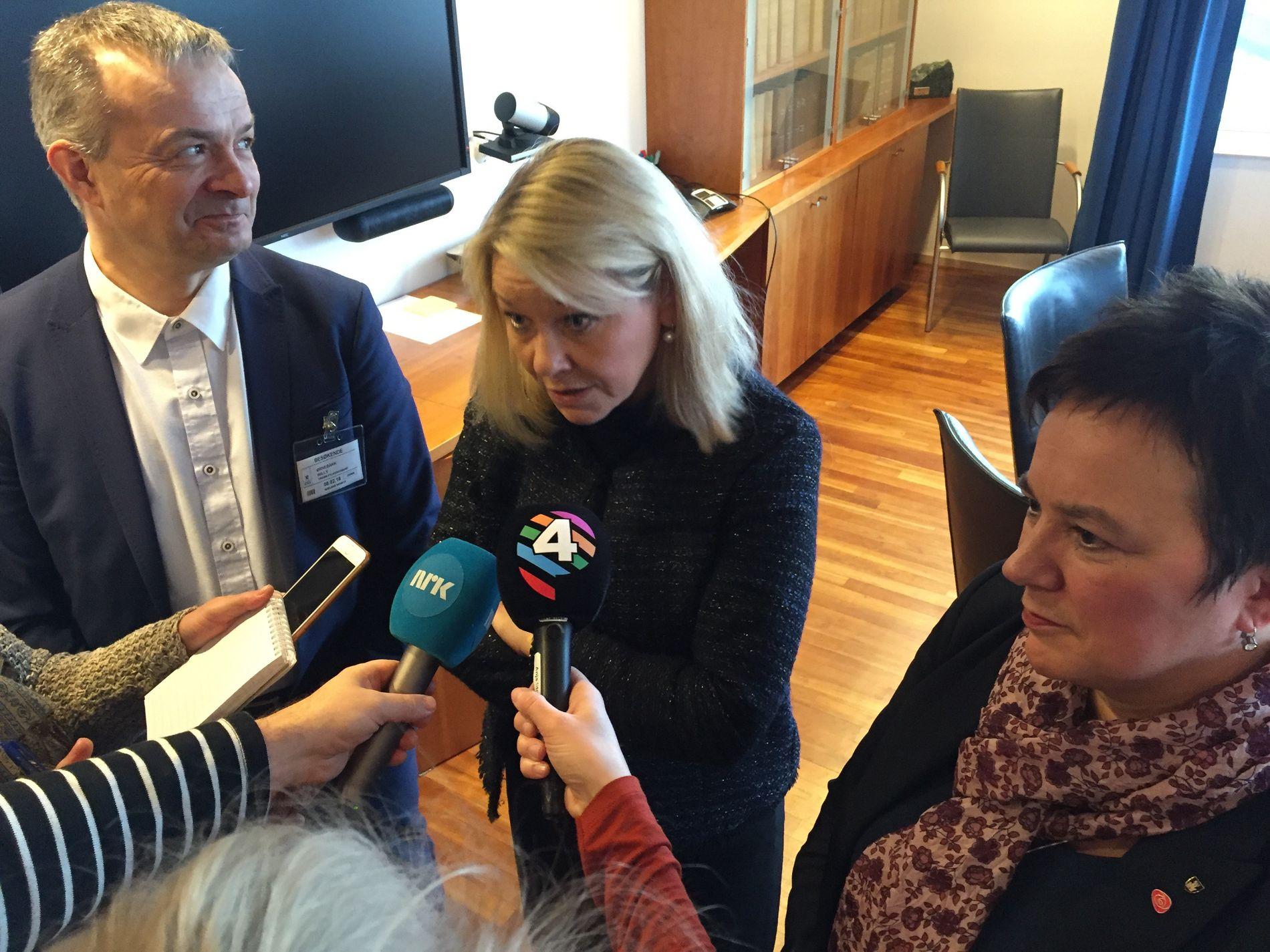 FORTSATT AVSTAND: Møtet mellom Willy Bjørnbakk (Ap) fra Troms, kommunalminister Monica Mæland (H) og fylkesordfører Ragnhild Vassvik (Ap) foregikk i en god tone, ifølge Mæland. Men konflikten om sammenslåingen av de to fylkenen er fullstendig fastlåst.