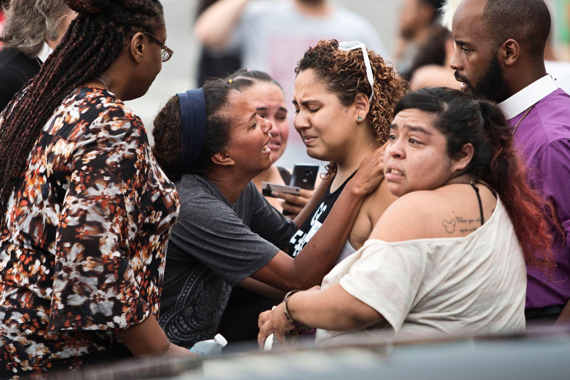 PÅRØRENDE: Fortvilte slektninger og venner utenfor nattklubben Pulse, der skytemassakren fant sted.