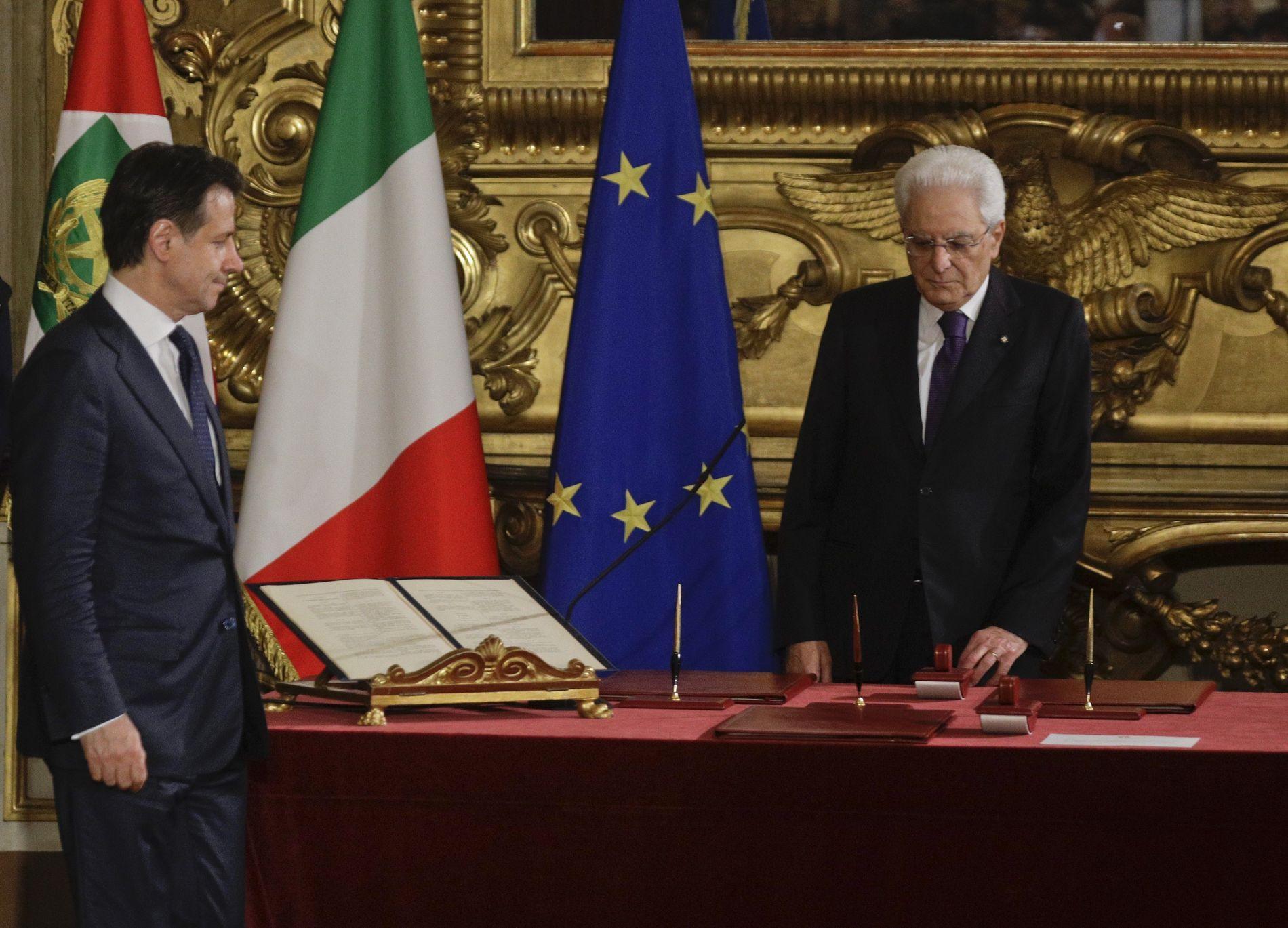 NY ROLLE: Giuseppe Conte (t.v.) og Italias nye høyrepopulistiske regjering ble fredag tatt i ed av president Sergio Mattarella (t.h.).