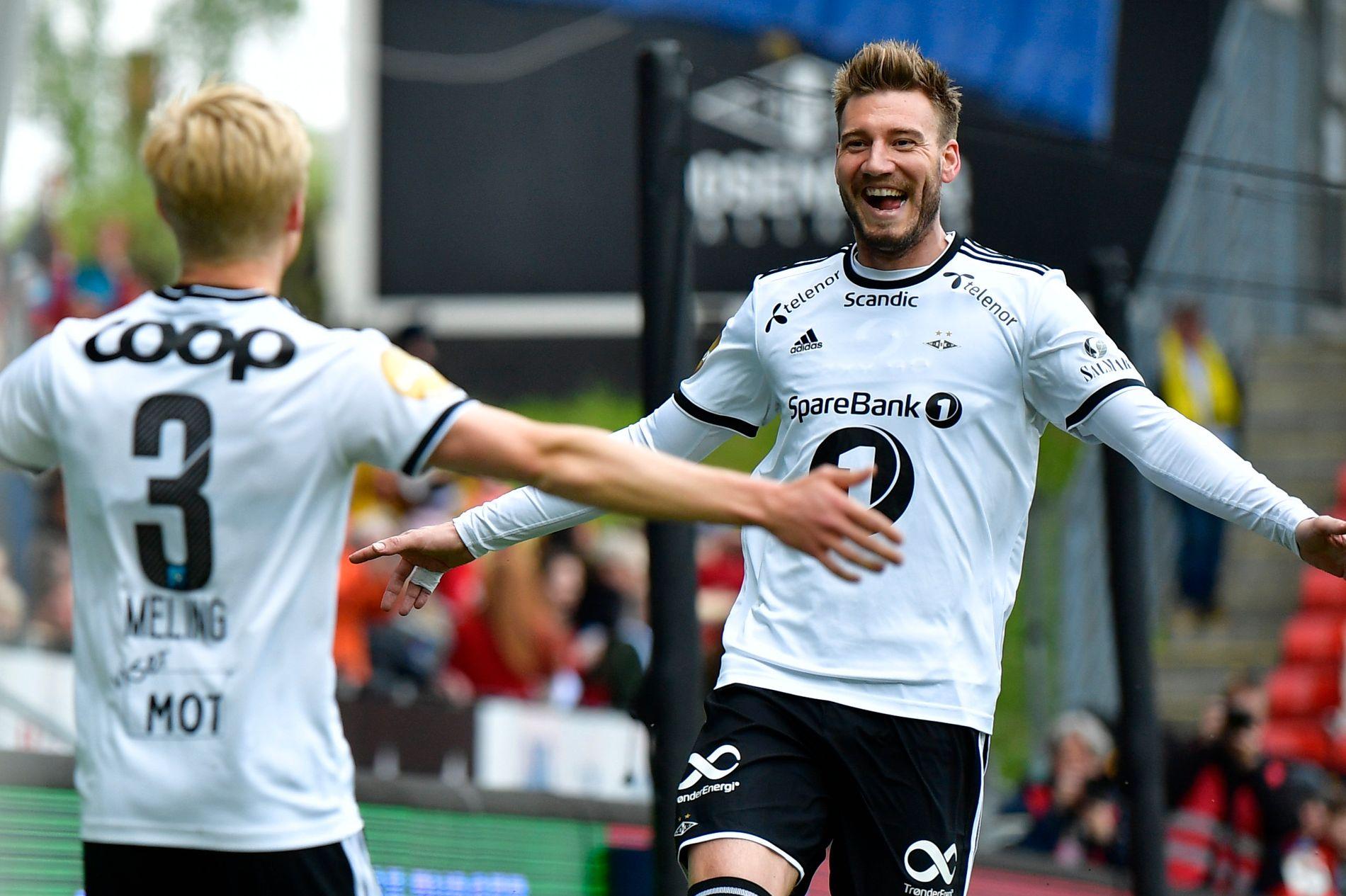 PÅ VEI TILBAKE: Nicklas Bendtner nærmer seg å bli spilleklar. Her feirer han et mål med Birger Meling tidligere i sesongen.