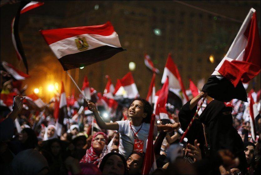 EKSPLODERTE: Tahrir-plassen eksploderte i jubel da det ble kjent at president Morsi er avsatt. Foto: REUTERS, NTB SCANPIX