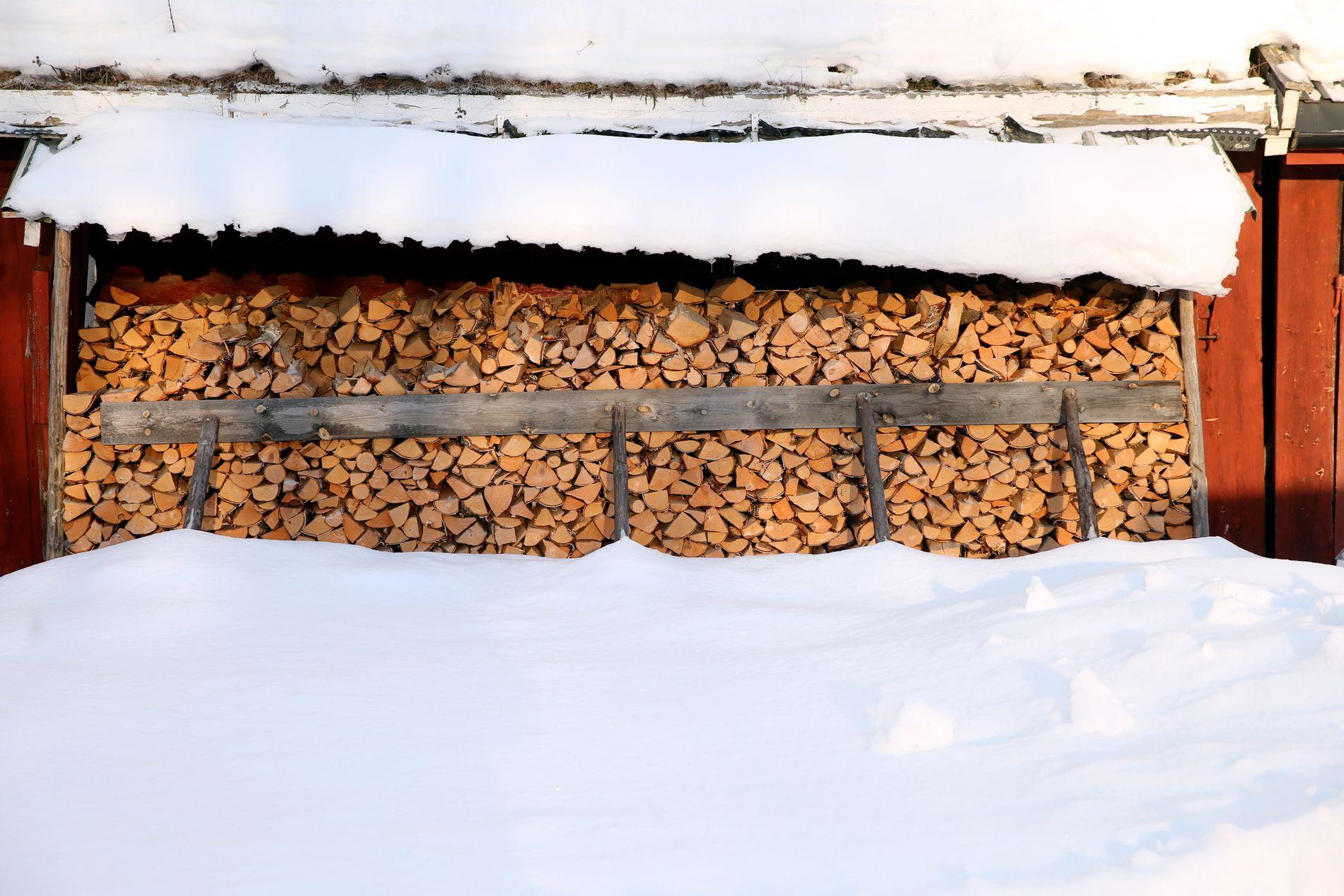 TOMT FOR VED: Vedsekkene blir revet fra butikkhyllene i stormfart.