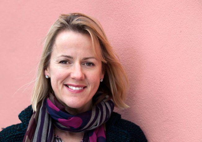 FØR OG ETTER: Jojo Moyes (46) tenker fortsatt at hun kommer til å våkne opp fra den lykkelige drømmen hun lever midt oppe i nå. Bare i Norge har hun solgt over én million bøker.  tac13b17