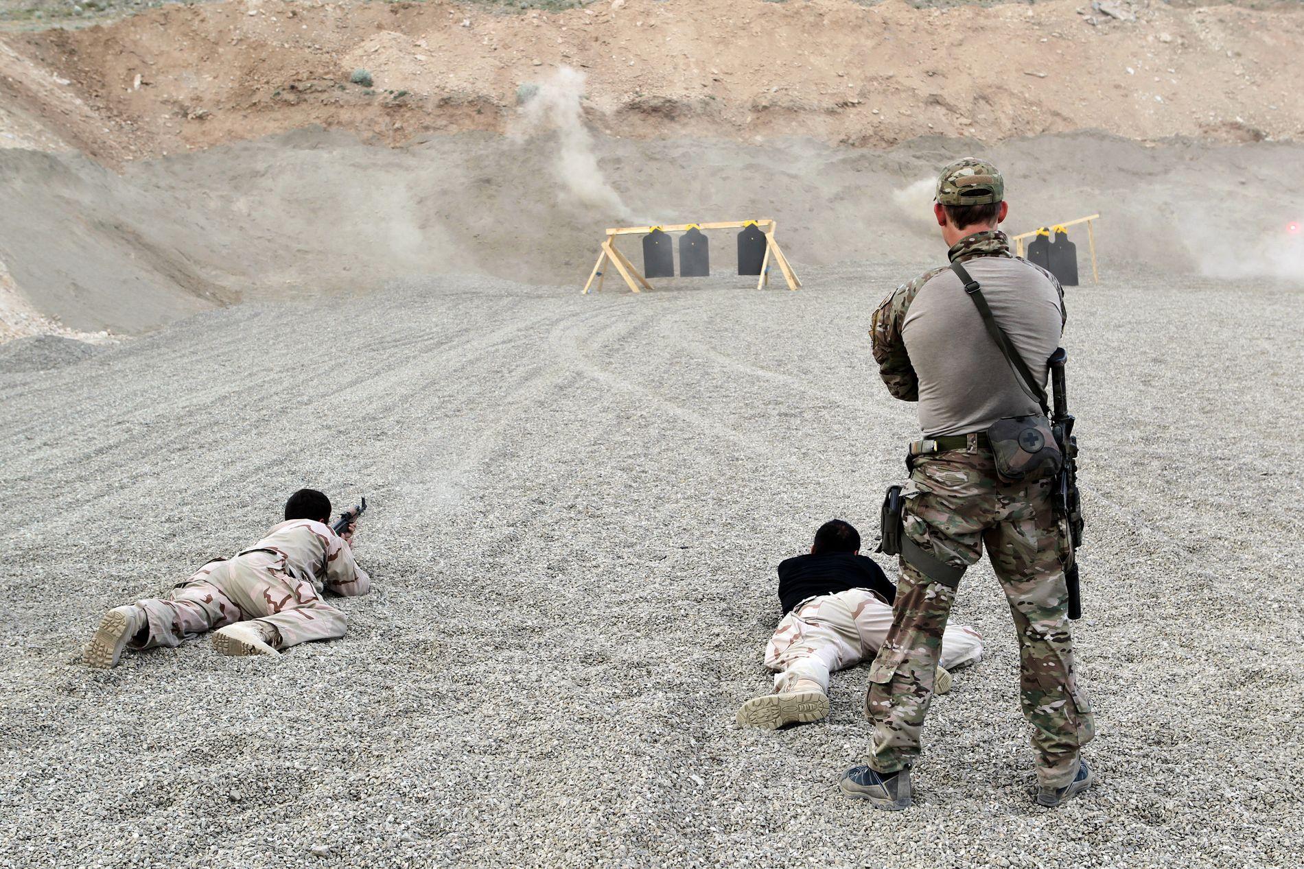 SKYTETRENING: I Kabul har de norske spesialsoldatene tilbrakt mye tid på skytebanen sammen med sine afghanske kolleger fra det afghanske spesialpoltiet Crisis Response Unit (CRU) - som på bildet. Slik blir det trolig også i Jordan.