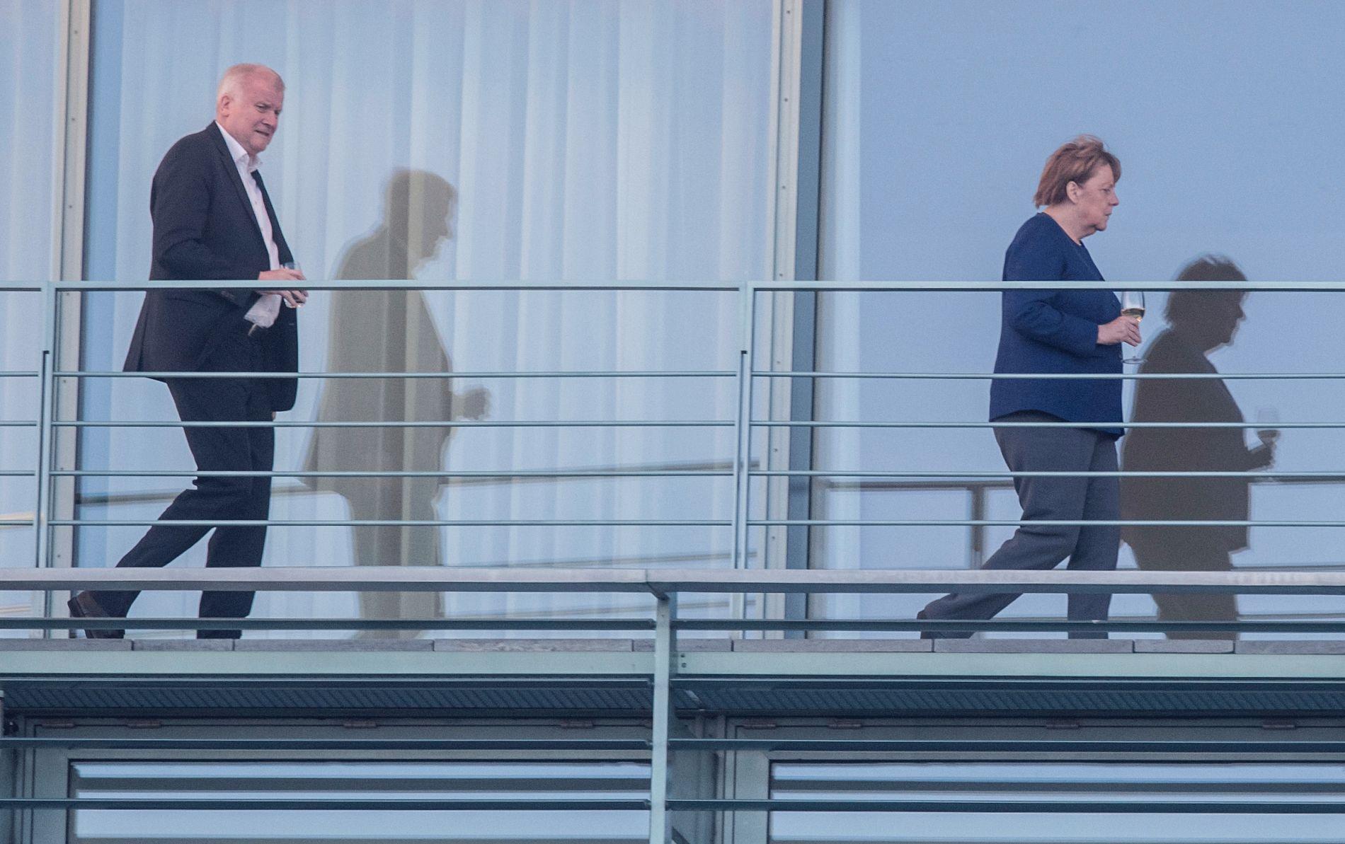 KRISE: Dersom Horst Seehofer (CSU) og forbundskansler Angela Merkel ikke kommer til enighet, kan regjeringen falle.