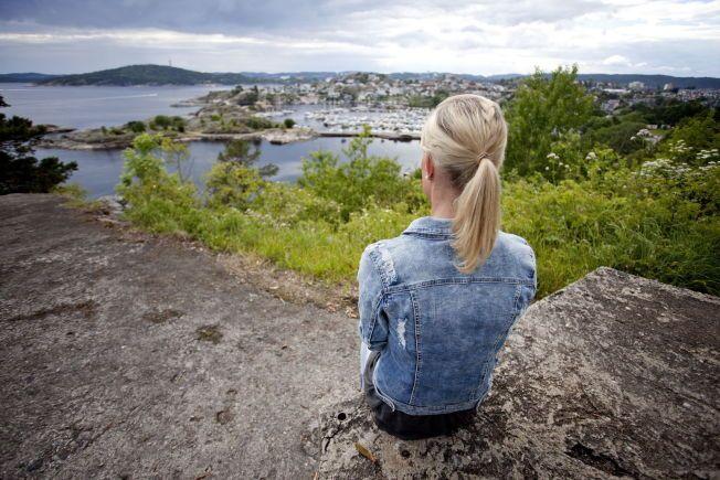 """Ferie og økonomi. Kristiansand, V Agder. Alenemoren fra Sørlandet har to barn, og er i arbeid. Likevel har hun ikke økonomi til å gi ungene en ferie med dyre reiser eller fritidsparker. Alenemoren mener det voksne må bidra til at barn ikke """"måler"""" feriene sine opp mot hverandre."""