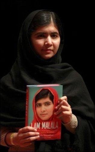 FORFATTER: Den 17 år gamle fredsprisvinneren lanserte i fjor høst sin aller første bok «I Am Malala», som omhandler tenåringens kamp for jenters rett til skolegang.